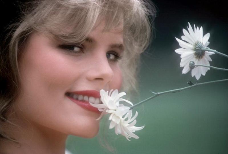 Дороти Страттен ― застрелена. Дороти была просто великолепна. Ей было всего семнадцать, когда ее парень и по совместительству менеджер Пол Снайдер послал ее фотографии в Playboy. Вскоре она стала моделью Playboy, получала роли в кино и стремилась к тому, чтобы стать большой звездой. Она бросила Снайдера ради другого мужчины, но паренек не понял намека. Он застрелил Дороти, а затем покончил с собой.