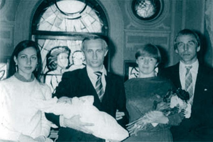 Крестный отец Сергей Ролдугин, музыкант и офшорный сетевик, на крещении первой дочери Людмилы и Владимира Путина, Марии. Рядом – неизвестная женщина (справа). (Фото: SZ/частное)