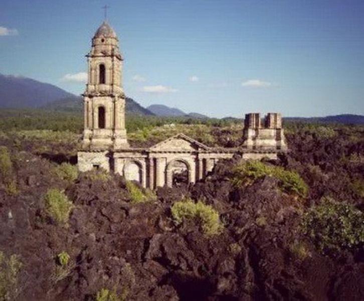 Церковь Сан Хуан Парангарикутиро (San Juan Parangaricutiro), Мичоакан. В Мексике существуют тысячи удивительных церквей, которые стоит увидеть, но наполовину погребённая в лаве — одна.   Расположенная в штате Мичоакан, эта церковь — единственное, что осталось от деревни Сан Хуан Парангарикутиро после извержения вулкана Парикутин в феврале 1943 года.   Прошёл почти год, пока лава достигла и расплавила каменные стены кладбища, расположенного вокруг небольшой церкви, но не разрушила могилы, оставив нетронутыми колокольню и алтарь. Говорят, во время извержения звон колоколов был слышен за 3 километра. Вулкан продолжал извергаться в течение последующих 8 лет, но эта удивительная церковь устояла.  Многие туристы приезжают сюда, чтобы подняться по вулканической породе и увидеть церковь, устоявшую в природной катастрофе. Благодаря наплыву туристов со всего мира она стала главным источником доходов этого региона.