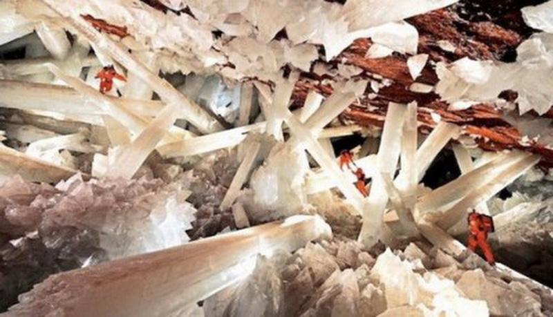 Пещера кристаллов (Cueva de los Cristales), Найка (Naica), штат Чиуауа (Chihuahua). Расположенная в 300 метрах под землёй под городом Найка, эта пещера привлекает к себе невероятно гигантскими кристаллами селенита.  Впрочем, попасть сюда можно только со специальным снаряжением (и то даже с ним здесь можно пробыть не дольше 20 минут), поскольку высокая температура (до 58°С) и влажность 90-100% являются главным препятствием для многочисленных потоков туристов. Но от этого его уникальность меньше не становится!