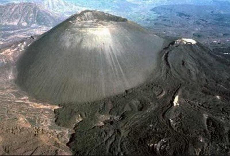 Вулкан Парикутин (Paricutin Volcano), Мичоакан. Возможно, по нему и не скажешь, но этот спящий конусообразный вулкан является самым молодым из образовавшихся в Северном Полушарии. Одно это обстоятельство заслуживает того, чтобы увидеть его воочию!