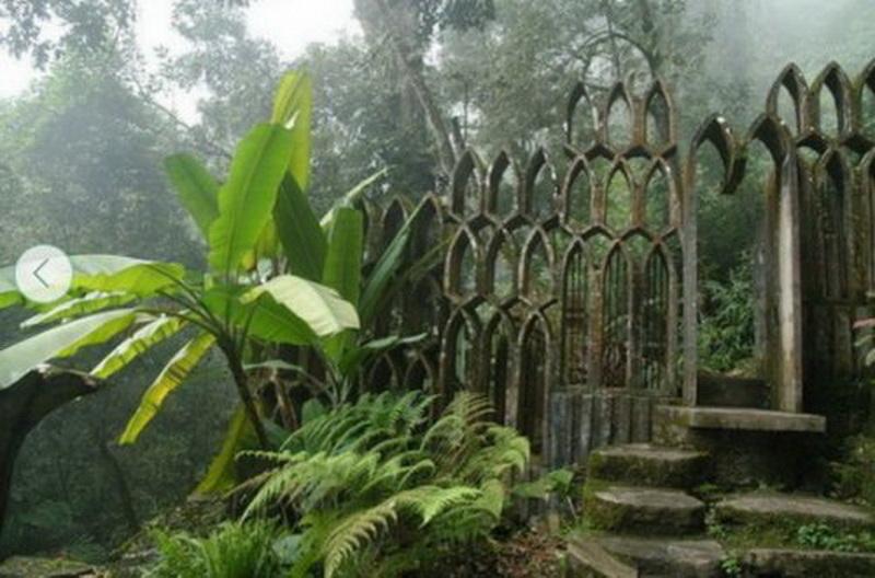 Лас-Позас (Las Pozas), Хилитла (Xilitla). Будучи сюрреалистическим по своей природе, этот необычный сад впечатляет тихой и умиротворённой атмосферой.   Лас-Позас является творением Эдварда Джеймса (Edward James), эксцентричного английского поэта, художника и покровителя сюрреалистического движения.  Воплощённая в реальность фантазия британского эксцентрика стала удивительным произведением искусства, которое сложно определить каким-то одним словом — сад, парк, изваяние... Поэтому вам обязательно стоить посетить это место, чтобы самим ответить на этот вопрос!